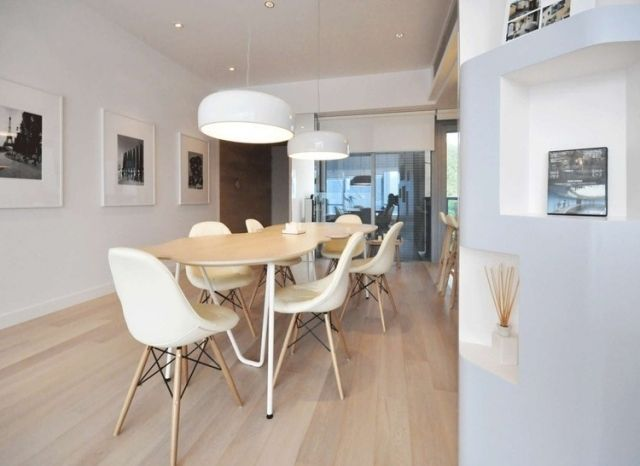 modernes esszimmer im nordischen stil wei e st hle holzbeine schlichte gestaltung. Black Bedroom Furniture Sets. Home Design Ideas