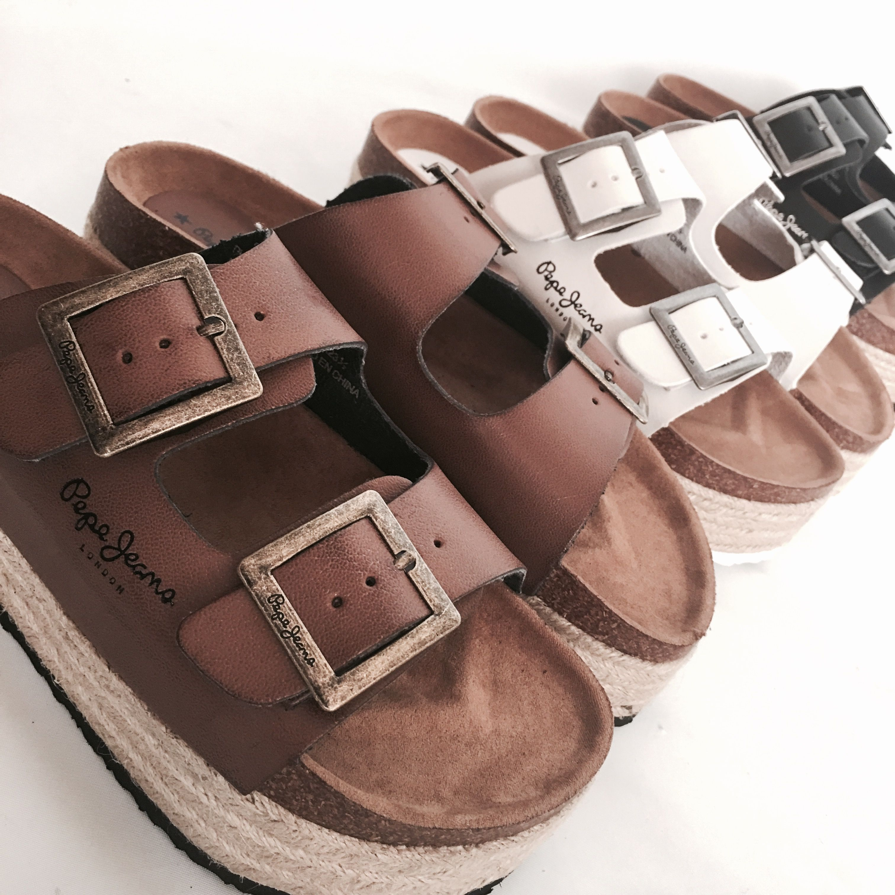 8eb1eff7cf Completa tus looks con las últimas   sandalias de moda Pepe Jeans London.  ¡Feliz miércoles!
