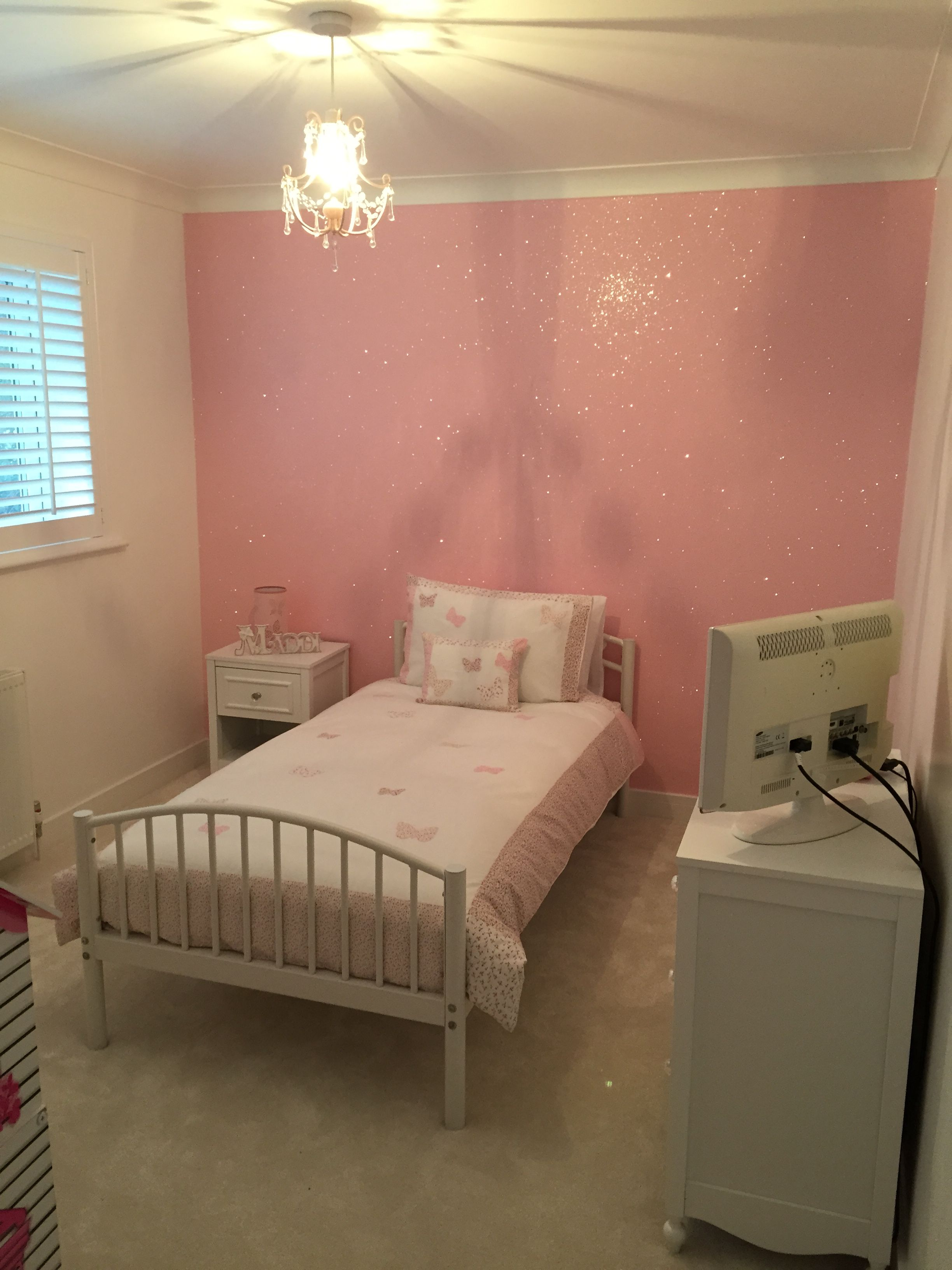 Baby pink glitterwallpaper used here in a girls 39 bedroom for Baby pink bedroom ideas