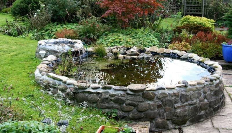 Gartenteich selber bauen - Flusssteine zementieren für ein rundes - bilder gartenteiche mit bachlauf