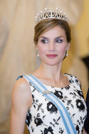 Reina Letizia estrenando la corona Princesa, regalo de su marido, Rey Felipe VI, fue fabricada en los prestigiosos talleres de la joyería madrileña Ansorena  y esta valorada en 50.000 Euros.
