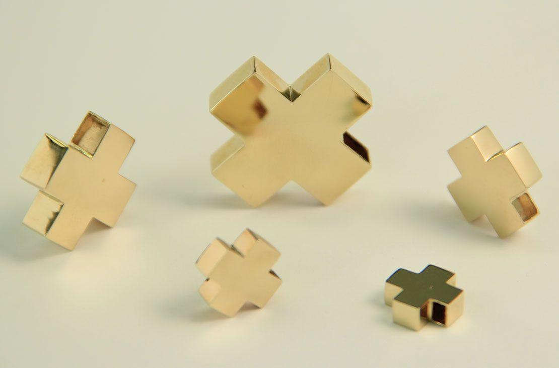 Juego de cruces suizas en diferentes pesos y  tamaños. Oro amarillo de 14K