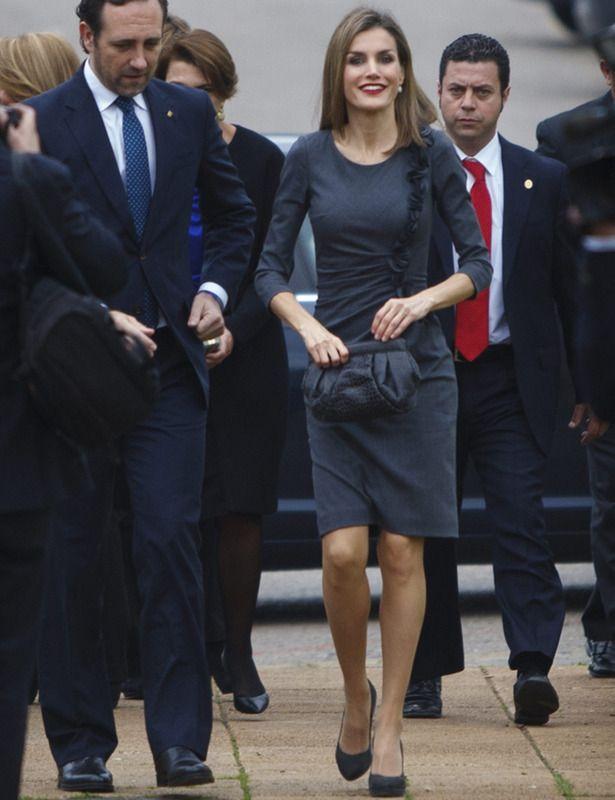 Gris En el Congreso de Voluntarios de Palma de Mallorca, la reina Letizia escogió un acertado vestido ajustado de lana gris con volante lateral de Felipe Varela que ya lució en varias ocasiones. Sus accesorios también en gris fueron un clutch de Malababa y unos pumps de Magrit.