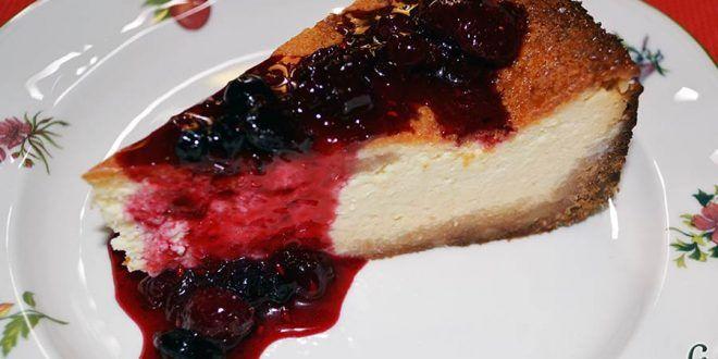 Tarta de quesos con mermelada de frutos rojos.