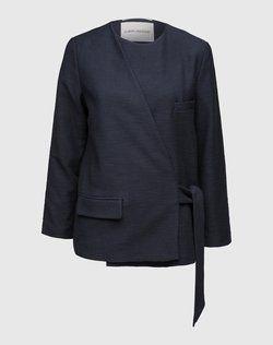 Als Investment Piece erweist sich die Jacke von CARIN WESTER dank ihres zeitlosen Designs. Die supersofte Qualität mit feiner Struktur unterstreicht die edle Aussage. Für einen modernen Twist sorgt der seitlich gebundene Schnitt.