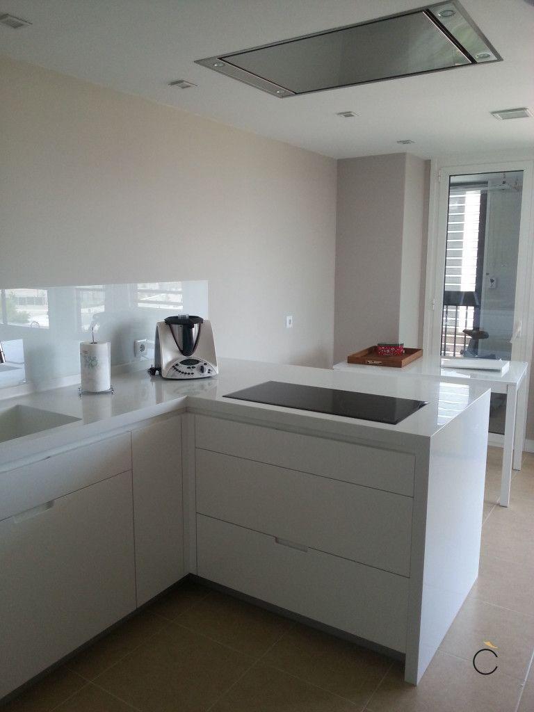 Cocina blanca con peninsula cocinas blancas modernas for Cocinas alargadas modernas