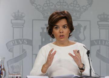 Santamaría pide a Puigdemont que rectifique y le insta a dialogar en el Congreso y dentro de la ley