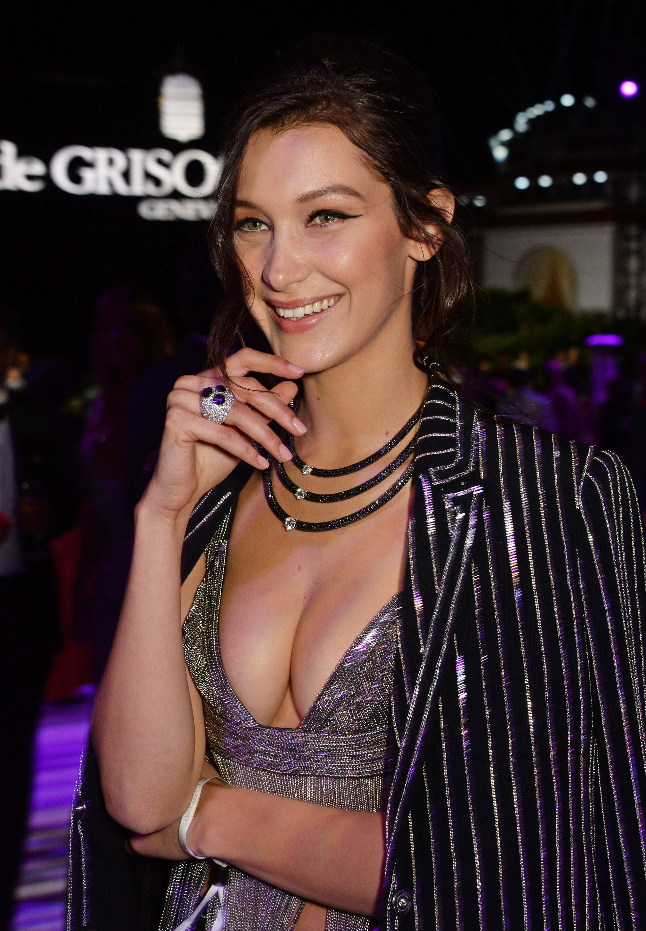 Cleavage Gig Hadid