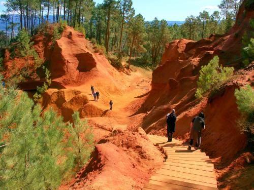Le Parc Naturel Régional du Luberon: Roussillon - Escalier d'accès aux carrières d'ocre (© J.E) - France-Voyage.com