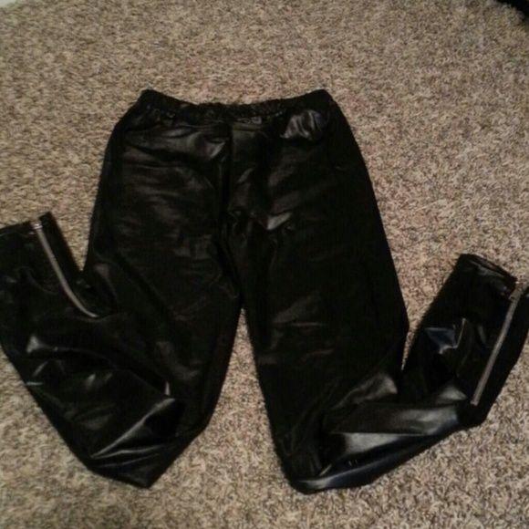 Leather look leggings Worn once! Cute leggings with elastic waistband Pants Leggings