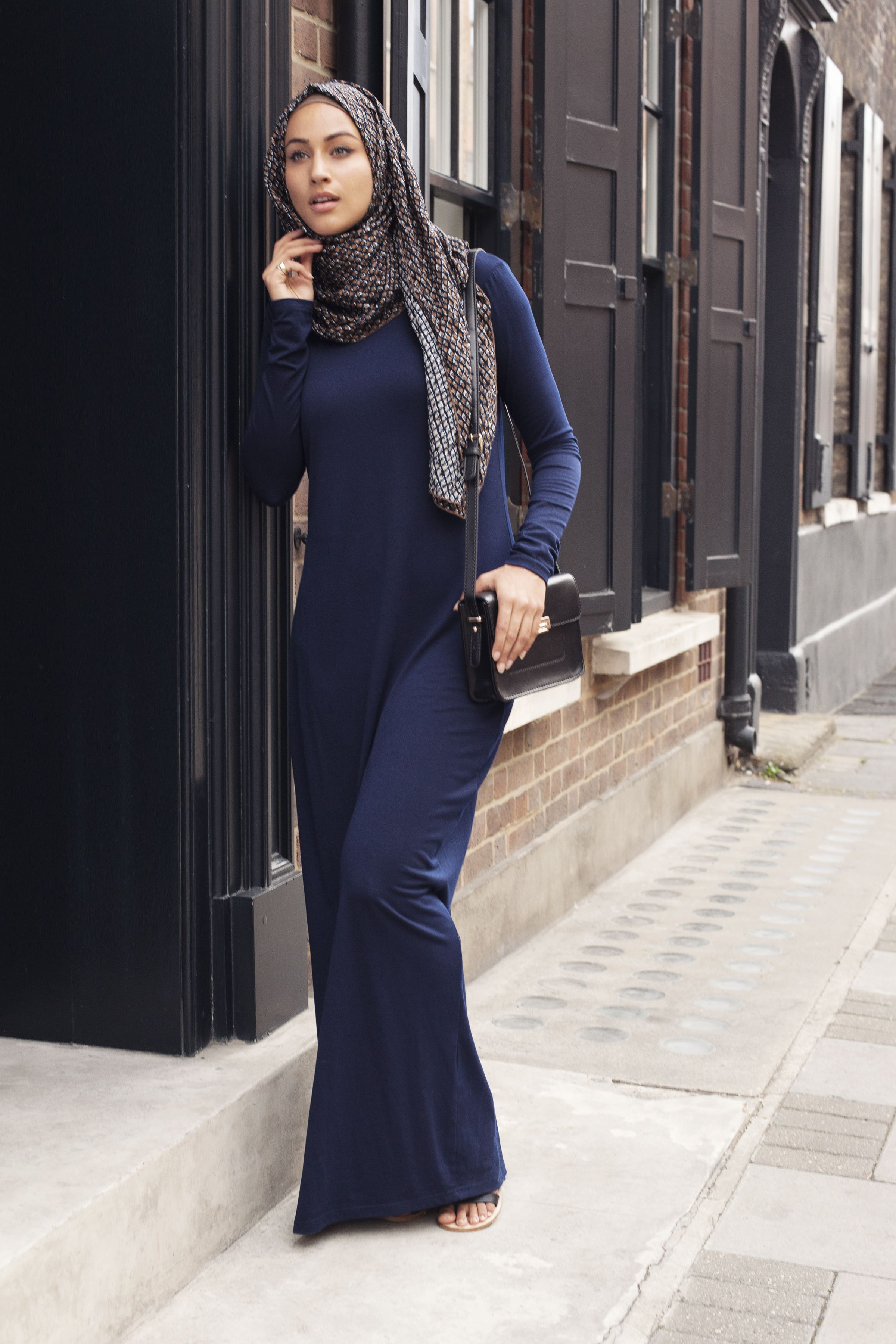 This is the type of Long Navy Abaya Dress worn by Eleanor to disguise herself from Perry's spy. Abaya + Mesh Print Hijab  | INAYAH  www.inayahcollection.com