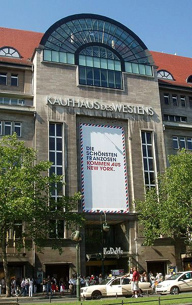Schaufensterbummel Im Kdw Kaufhaus Des Westens Berlin Window Shopping At The Famous Department Store Kdw Berlin Berlin Urlaub Berlin Kadewe Deutschland