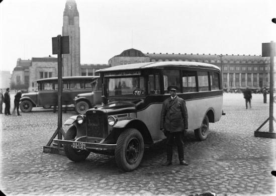 Linja-auto kuljettajineen Rautatientorilla vuonna 1932 (Kuva Hgin kaupunginmuseo, Olof Sundström