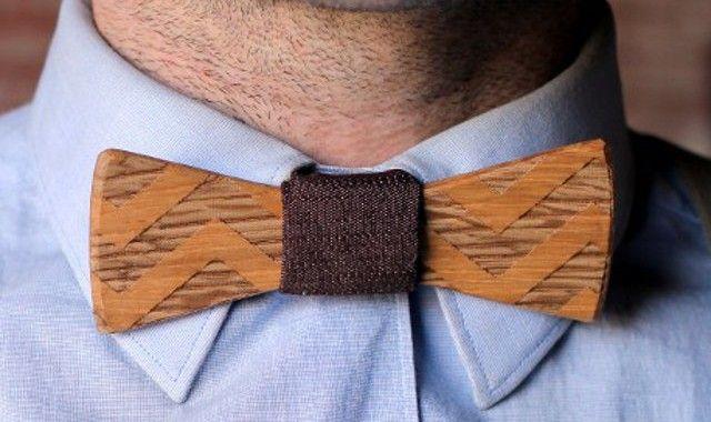 Wooden Bow Ties. Wooden Bow Ties sono dei papillon realizzati a mano, in legno pregiato e tessuto o pelle. Un regalo unico e prezioso, da acquistare qui. Via think.bigchief.it