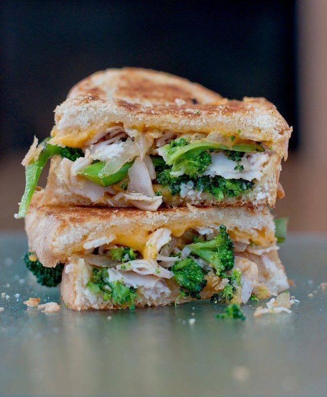 Sándwich Silueta de brócoli, pechuga de pollo, cebolla y cheddar...