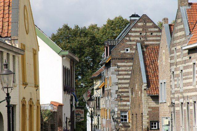 Vanuit de Dorpstraat met telelens naar de Maasberg