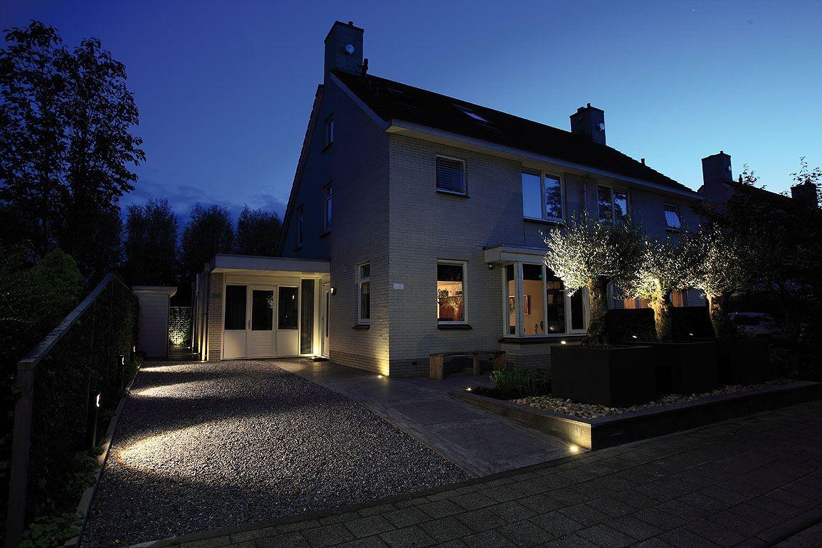 De staande buitenlamp sentina schijnt schuin naar beneden en is ideaal voor langs een pad of for Beneden tuin