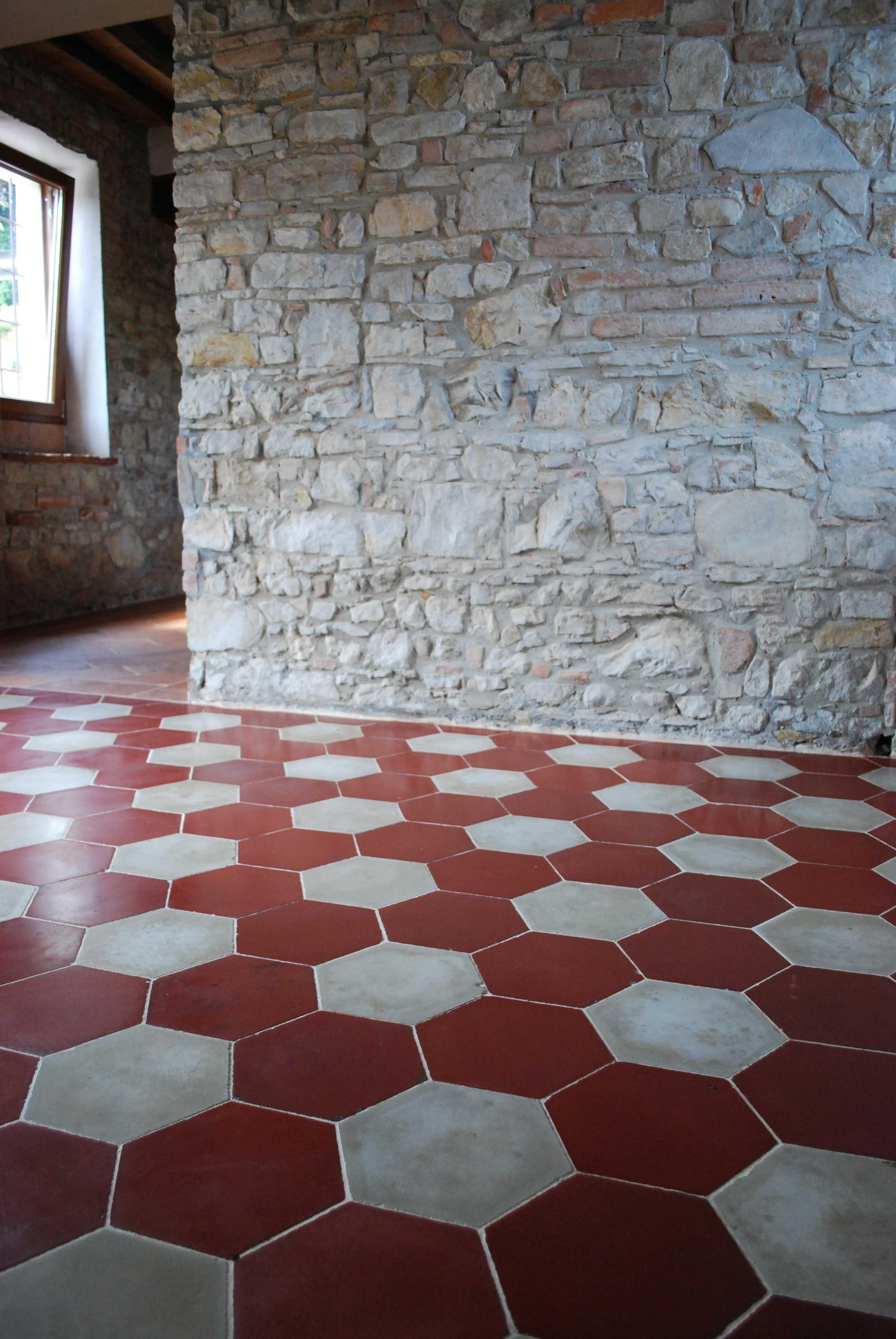 Pietre Bianca Per Interni pavimento in cementine esagonali bianche e rosse antiche