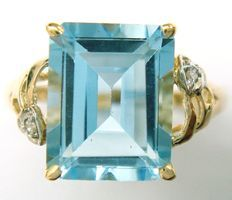 Gold ring set with, 1 blue topaz gemstone of 5.85 ct and 2 brilliant cut diamonds 0.078 ct