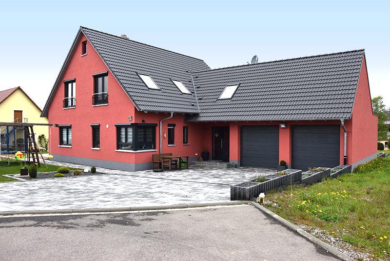 Einfamilienhaus mit doppelgarage satteldach  Großzügiges Einfamilienhaus mit Doppelgarage #wirbauenmitholz ...