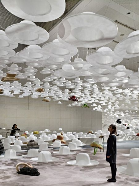 """Akio Hirata's Hat Exhibition """"HIRATA NO BOSHI"""" - space flooded with roughly 4000 'ghost hats' http://thedesignhome.com/misc/1023-akio-hiratas-hat-exhibition-qhirata-no-boshiq-by-nendo"""