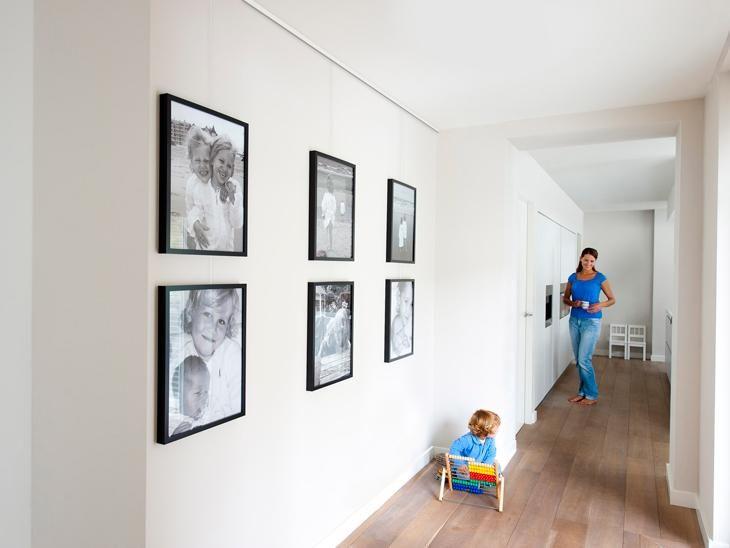 accrochage de plusieurs cadre photo sur une cimaise. Black Bedroom Furniture Sets. Home Design Ideas