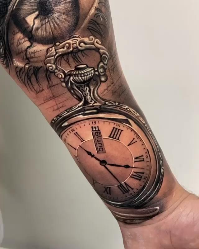 Tatuagem de relógio em preto e cinza