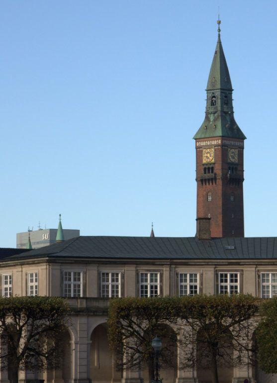 Rådhustårnet og deler av Christiansborgs ridebane. Toppen av SAS-hotellet nede til venstre.