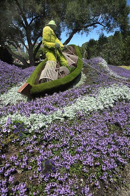 Lobster Fisherman At Sea A Wonderful Use Of Dusty Miller And Scaevola To Create Frothing Waves Dusty Miller Bird Bath Outdoor Decor