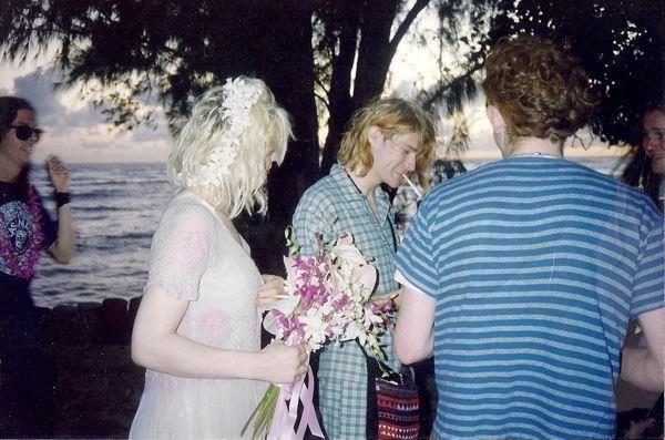 Rare Vintage Photos Of Kurt Cobain & Courtney Love On Their Wedding Day In Hawaii - Art-Sheep