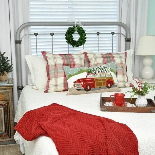 30 Small Yet Amazingly Cozy Master Bedroom Retreats: 30+ Christmas Master Bedroom 19 (With Images)