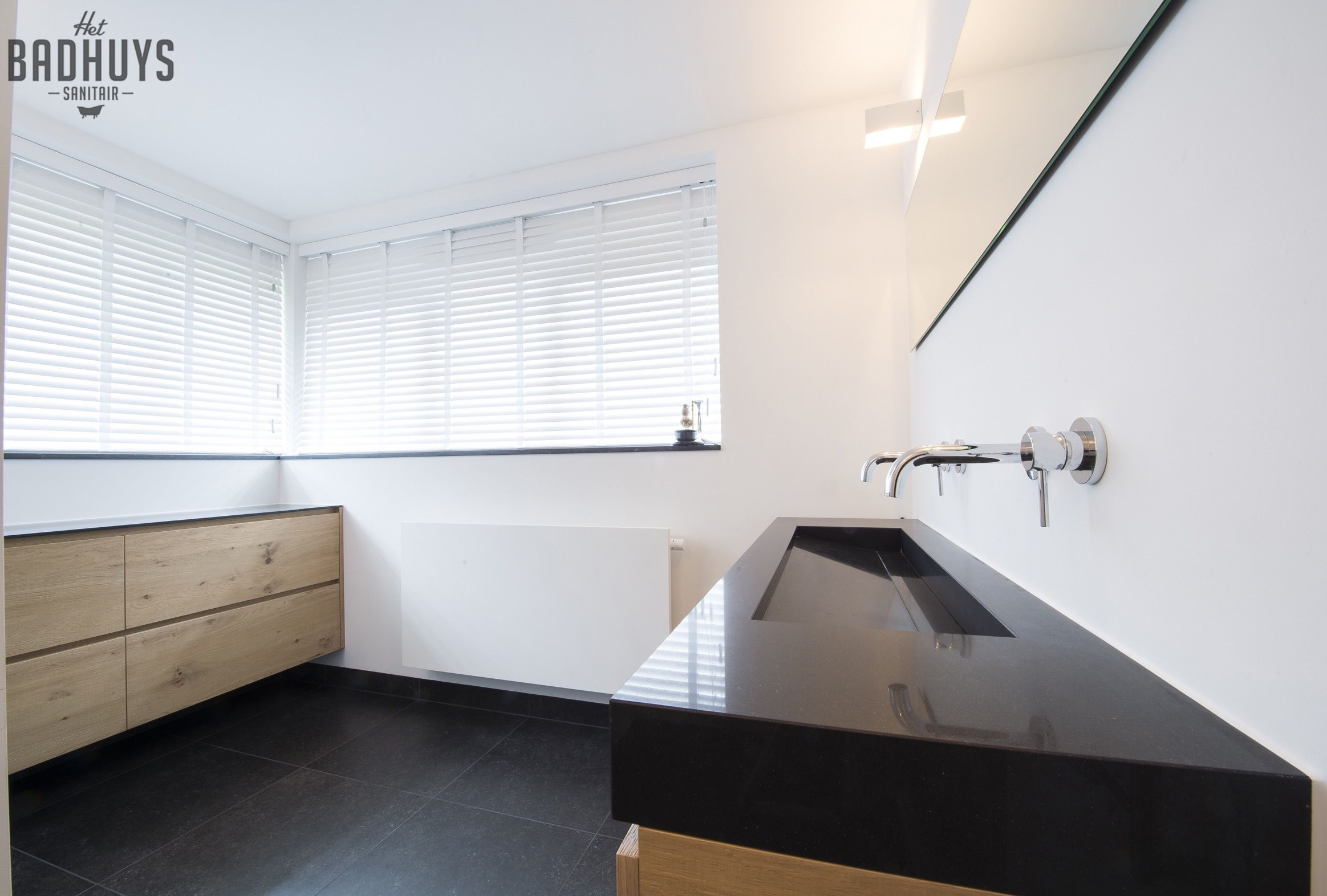 Moderne badkamer met zwarte tegels en maatmeubel in eikenhout | Het ...