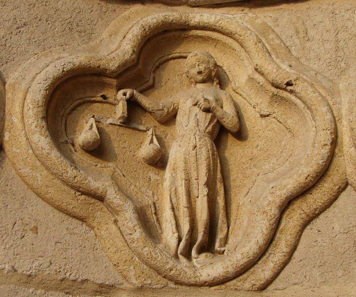 """Cathédrale Notre Dame d'Amiens (Somme) - médaillon """"balance"""" - portail St-Firmin"""