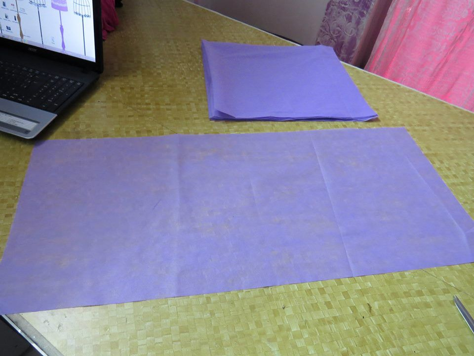 1- tnt que custa um real, corte o tamnaho que quiser a sacola essas é 40 por 34 ou seja 80cm o pedaço inteiro por 34cm