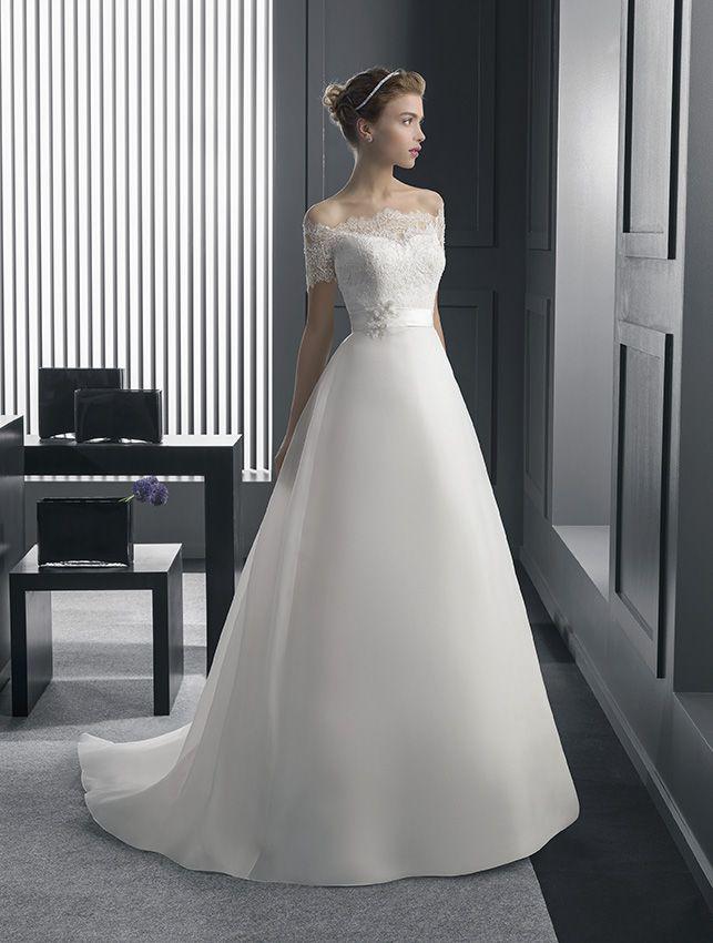 vestido de novia con encaje pedrería y organza con flor en color