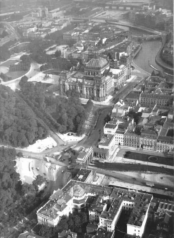 Luftbild Reichstag Und Tiergarten Brandenburger Tor Pariser Platz Unter Den Linden Amerikanische Botschaft Europaische Geschichte Luftbild Geschichte
