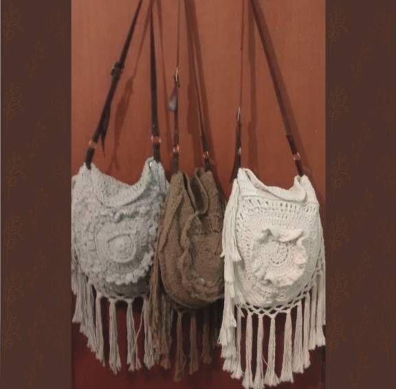 Confeccionada com cordão 100% algodão Alça de couro ecológico Possui forro com bolso para celular Faço por encomenda e na cor que a cliente quiser ;). Código: 16433832