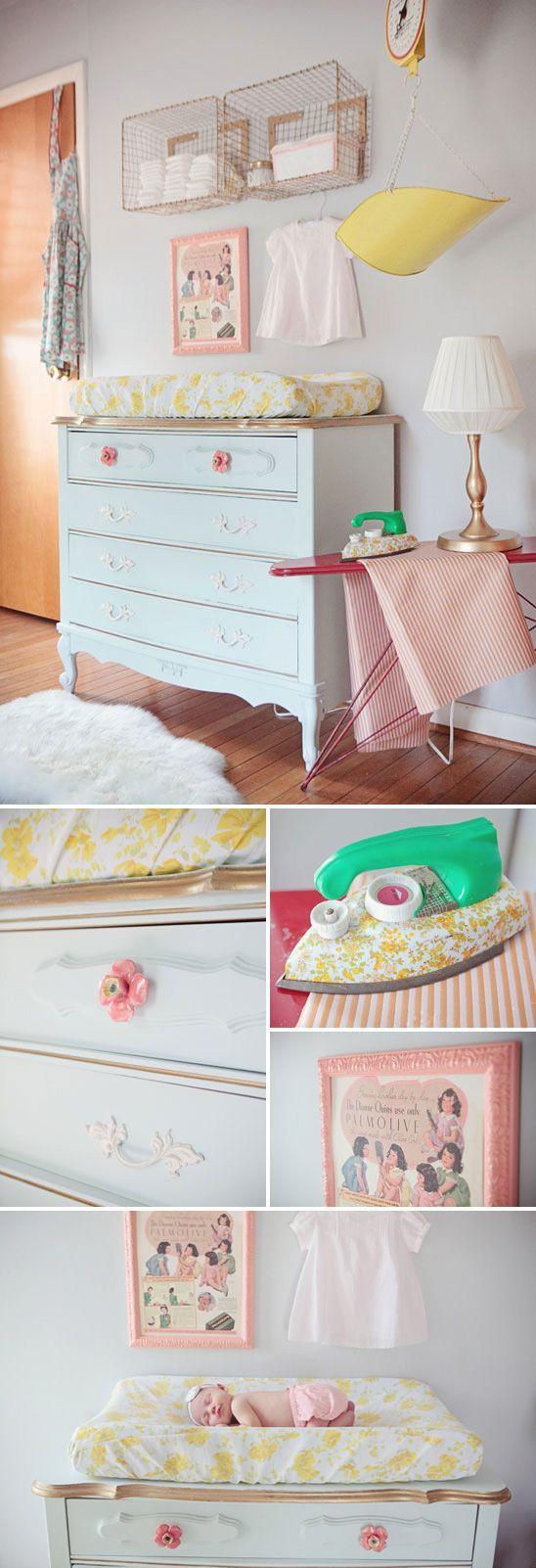 Bella mesa de cambio para el cuarto del bebé cuarto del bebé
