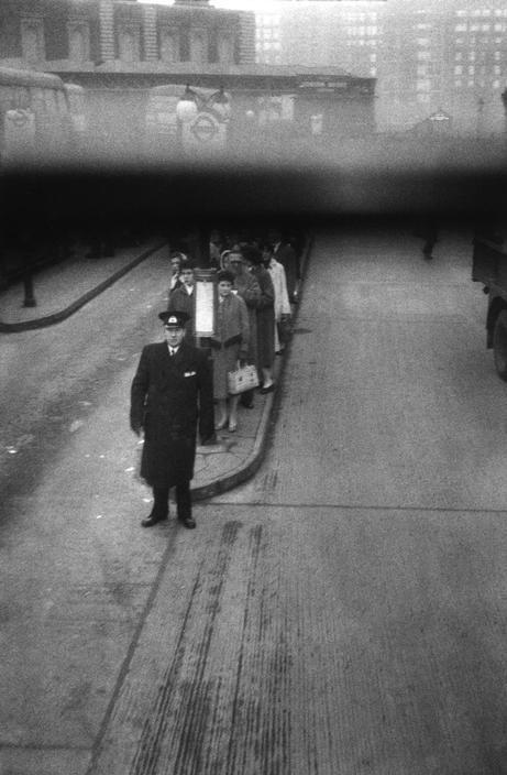 © Sergio Larrain/Magnum Photos GREAT-BRITAIN. England. London. 1959. Bus waiting near Stainer Bridge.