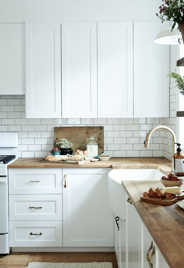 A Dated Home Becomes A Fresh Modern Farmhouse Kitchen Design Small Scandinavian Kitchen Renovation Trendy Farmhouse Kitchen