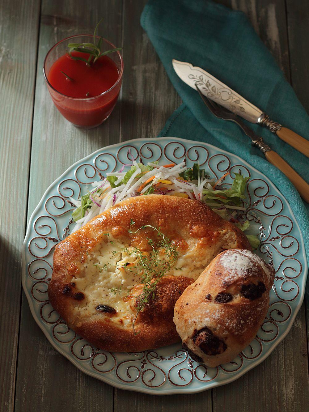 朝食 パン サラダ トマトジュース カトラリー