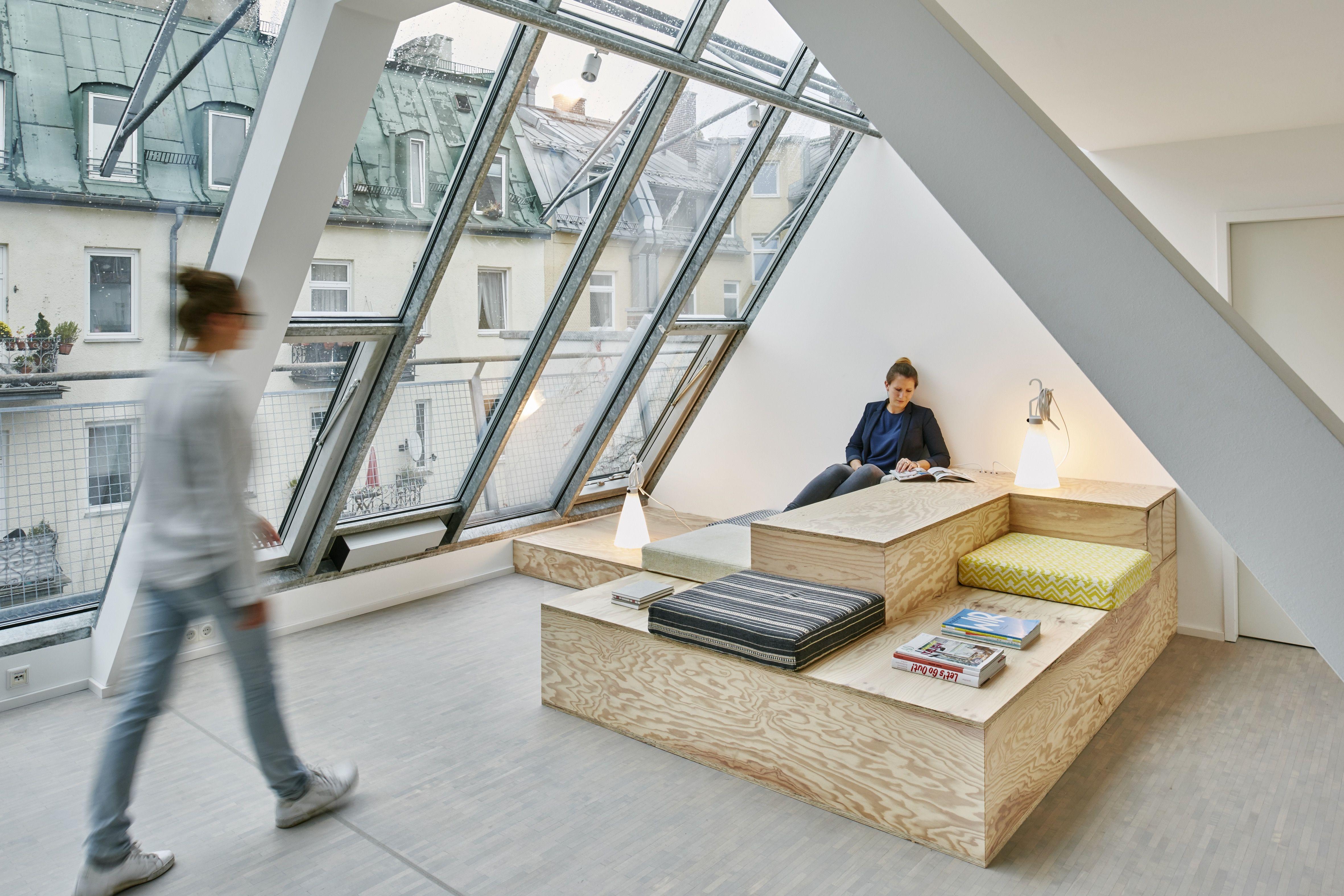 Sitztreppe aus Seekiefer im Projektraum  Foto © Daniel Schäfer