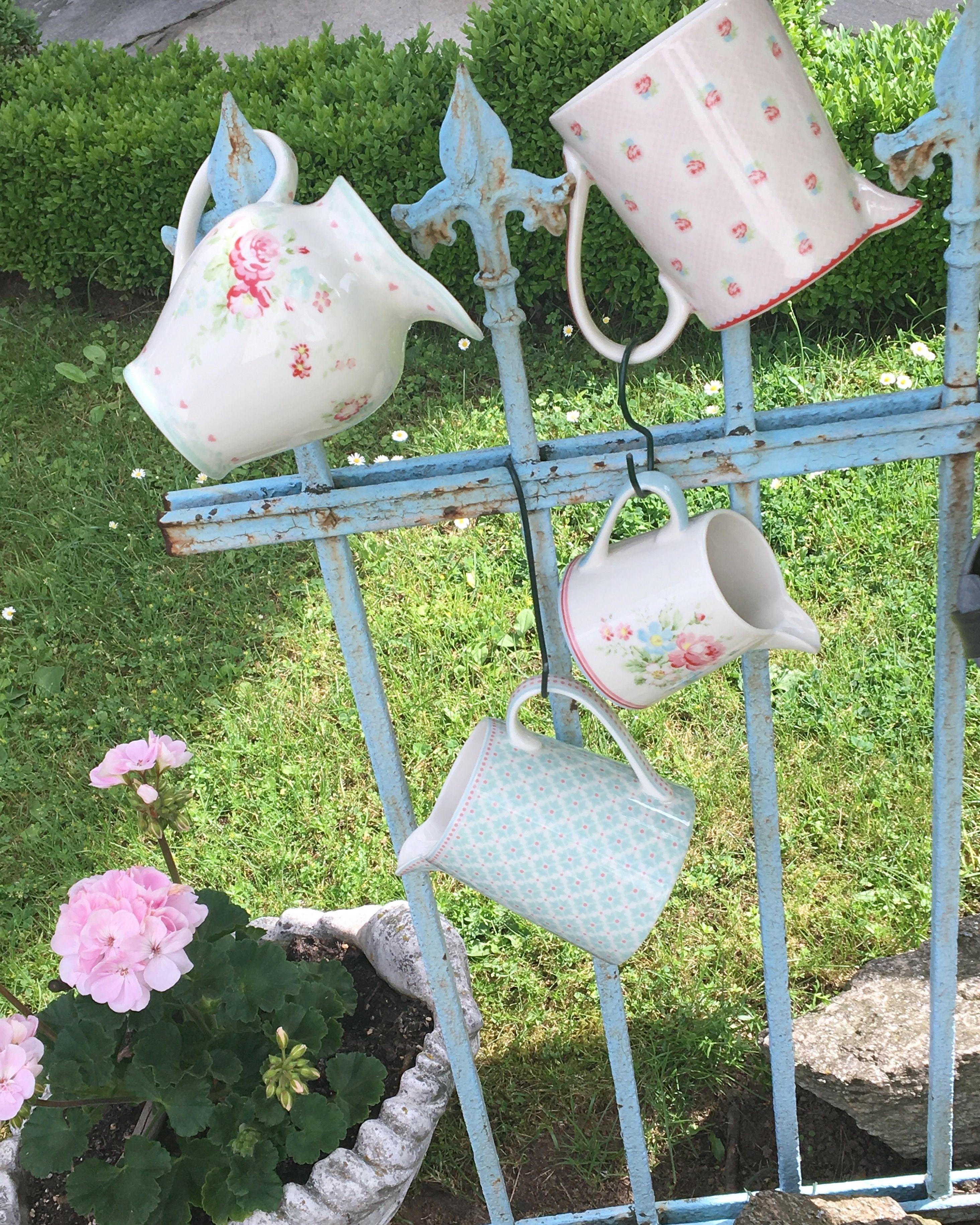 Heute bin ich schon in aller Frühe draußen gewesen um etwas Gartenarbeit zu erledigen. Das sollte ich öfters tun. Denn durch die Ruhe und das Vogelgezwitscher,  war es für mich mehr Entspannnung als Arbeit!🌞🌸🐦🎶😊 Danach sind noch ein paar Fotos im Garten entstanden.😊 Habt einen schönen Tag! Liebe Grüße!  #diewandelbar #goldbach #thelittlegreengatestore #greengate #greengatelove #garden #abelonewhite #jilmint #mariepaleblue #tammiepalepink #derfrühevogelfängtdenwurm…