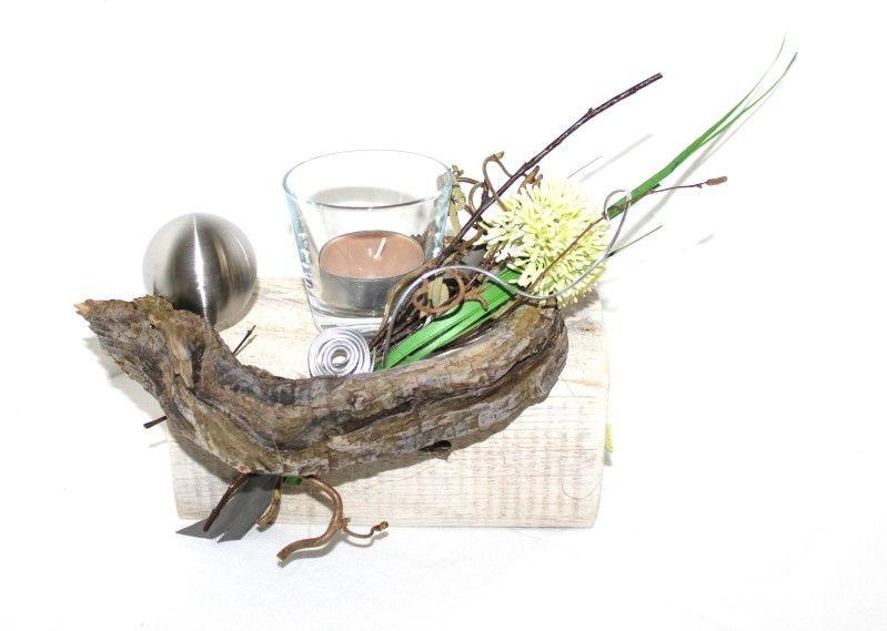 Holzbalken wei gekalkt mit schwemmholz edelstahlkugel blume teelicht dekoriert mit - Holzbalken dekorieren ...