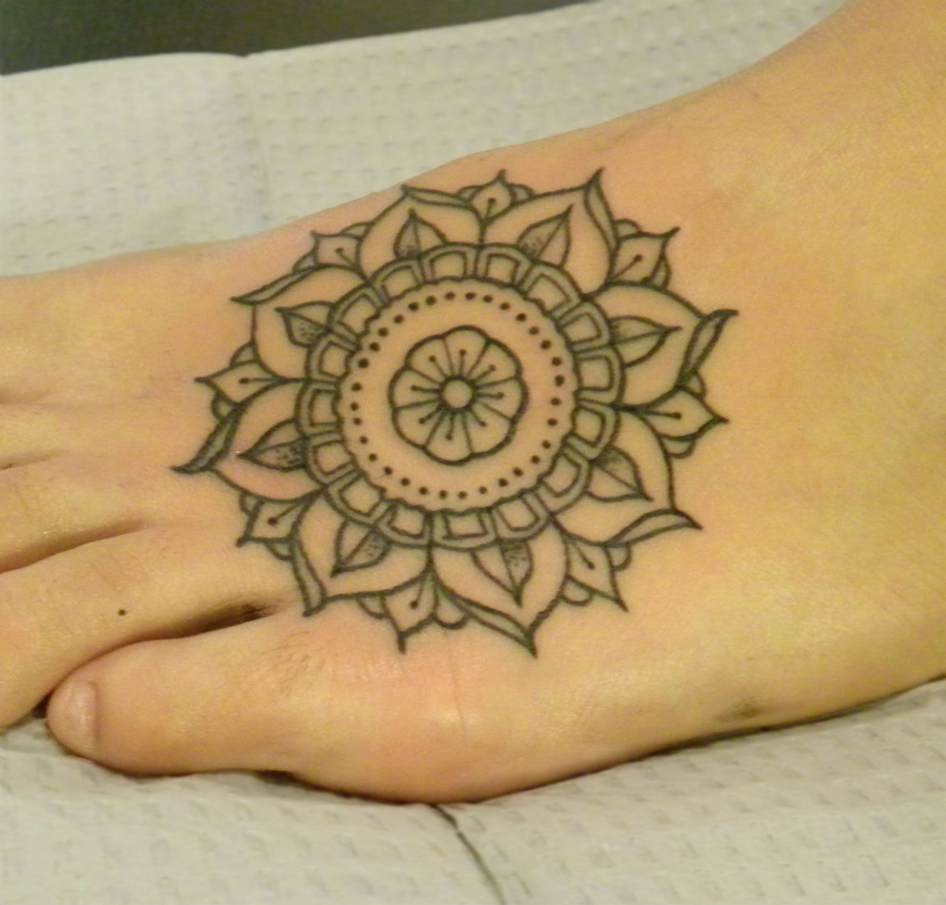 beautiful-mandala-feet-tattoo-idea-1417536304.jpg (JPEG Image, 1944×1858 pixels) - Scaled (32%)
