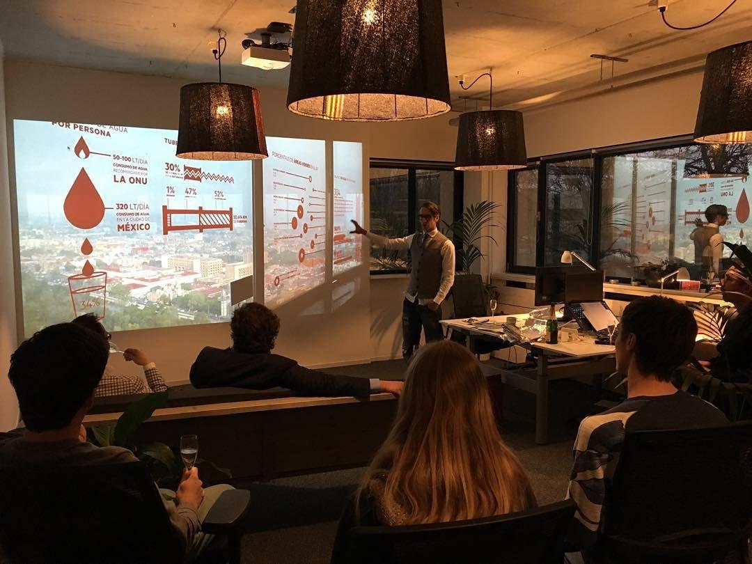 Presentatie over de kansen en verbeterpunten voor Budeco door onze nieuwe collega (met oliebollen en champagne)