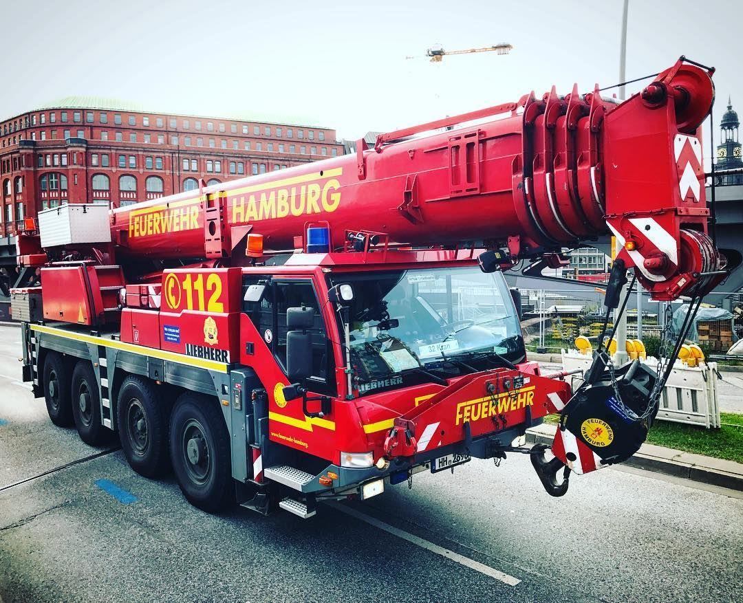 Unser Kraftpaket 💪. Der Feuerwehrkran LTM 1060/2, stationiert an der Technik- und Umweltschutzwache ———————————————— #berufsfeuerwehr #freiwilligefeuerwehr #feuerwehr #Hamburg #FeuerwehrHH #einsatzfuerhamburg #Kran #FWK #feuerwehrkran #meinhamburg #welovehamburg #firefighter #pompiers #bomberos #rescue #crane #grue