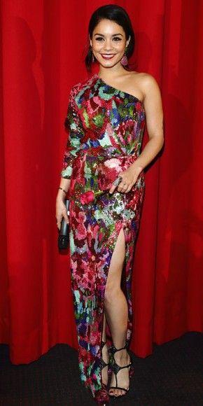 VANESSA HUDGENS    La coprotagonista de Spring Brakers desfiló junto a Selena con un traje de una manga y abertura en la pierna, confeccionado en lentejuelas que formaban un vistoso estampado multicolor. Hudgens combinó este modelo de la colección Primavera 2011 de Naeem Khan con zapatillas de Christian Louboutin.