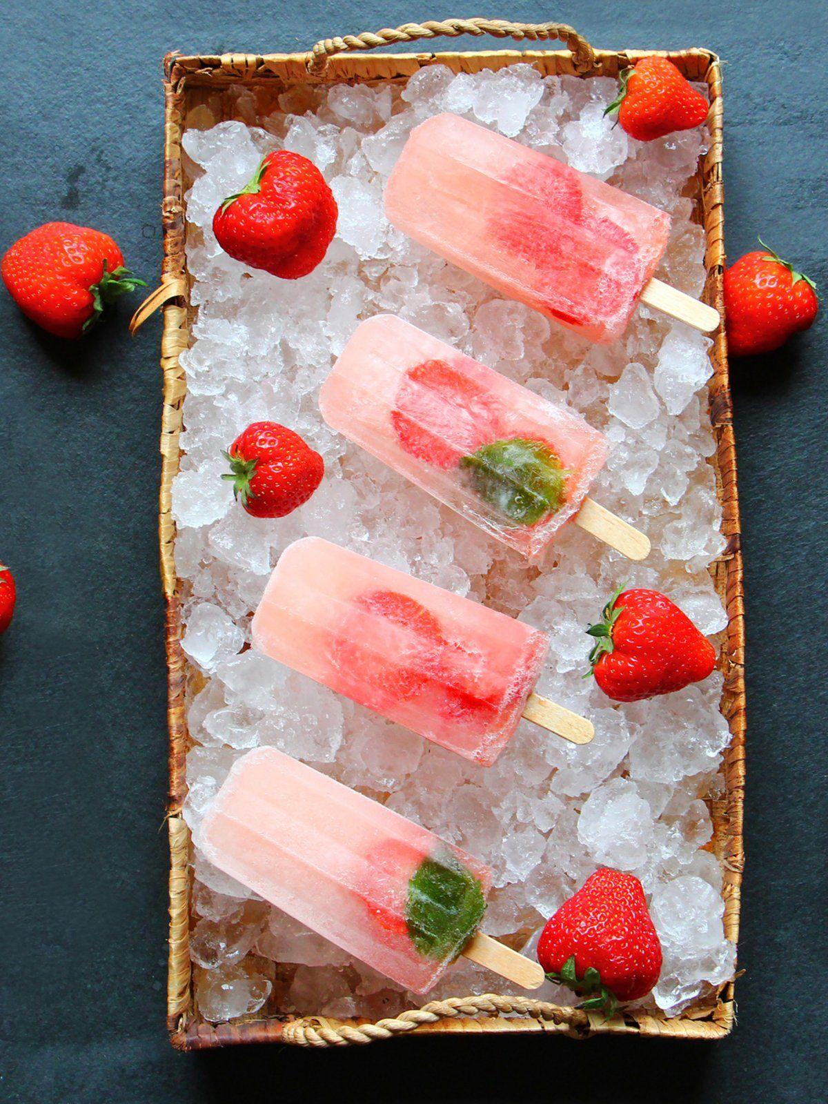 Cocktails schmecken nicht nur im Glas, auch als Wassereis sind sie erfrischend: die sogenannten Poptails, Cocktails als Wassereis, sind in diesem Sommer schwer angesagt!Lillet Wild Berry Poptail: ergibt 2-3 Poptails10 cl Schweppes Russian Wild Berry5 cl Lillet1 Erdbeere, in Scheiben geschnittenDie Zutaten miteinander vermischen, in Eisförmchen füllen und einfrieren. Ganz einfach und schnell!