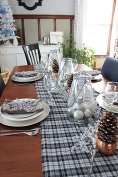 Looking for a glamorous holiday table setting? Here are ideas for a simple and sparkly holiday table setting at   Looking for a glamorous holiday table setting? Here are ideas for a simple and sparkly holiday table setting at